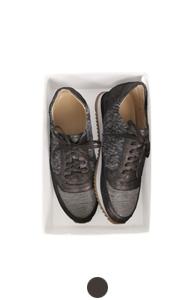 混合质地的运动鞋