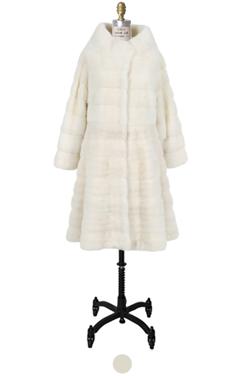 雪白的貂皮水平皮草外套